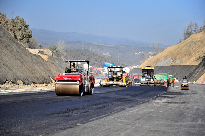 Crews work on a highway renovation project in Yichang, Hubei province, on Dec. 19. Photo: VCG