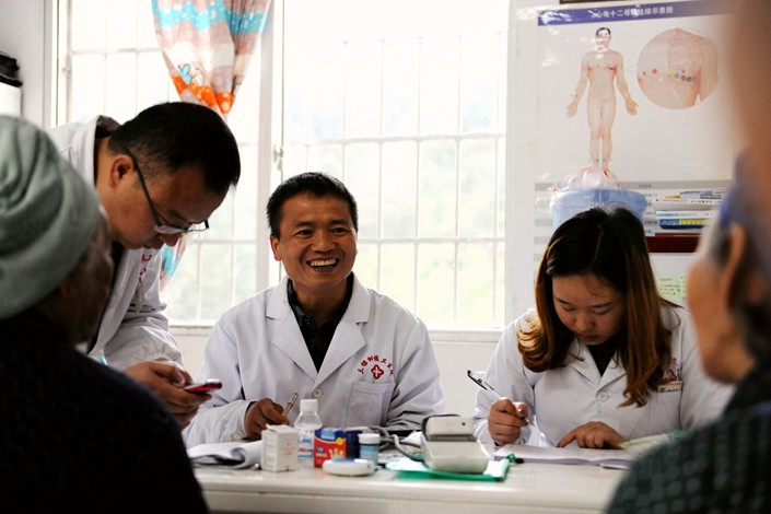 A group of family doctors answers questions from villagers in Southeast China's Guizhou province on April 14. Photo: VCG