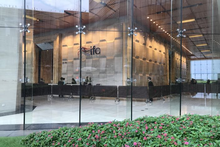 The lobby of Shanghai's International Finance Centre is quiet on Tuesday, one day after 300 protesters appeared to demand that HuaAn Future Asset Management Co. Ltd. answer for the failure of P2P firm PPMiao.com. Photo: Leng Cheng / Caixin