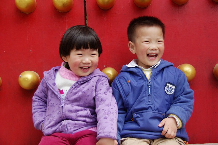 A pair of young siblings pose for a photo at the Ming Xiaoling Mausoleum in Nanjing, Jiangsu province. Photo: IC