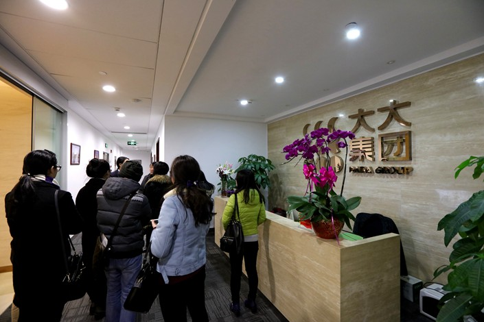 Concerned investors gather in the Shanghai headquarters of the Dada Group on Dec. 16, 2015 after it was reported the company was under investigation. Photo: IC