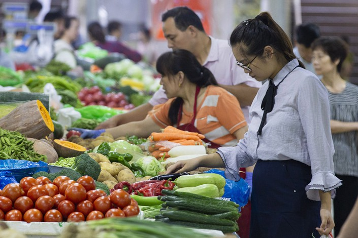 Shoppers examine produce at a farmers' market in Nanjing, Jiangsu province, on Monday. Photo: VCG