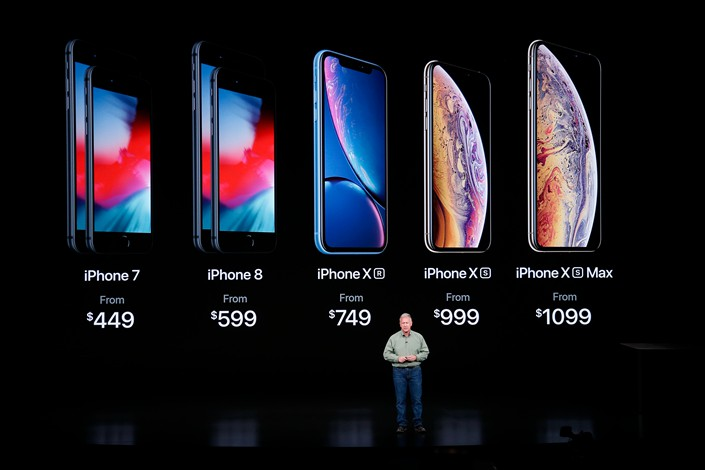 Phil Schiller, Apple's senior vice president of worldwide marketing, shows off the company's new top-of-the-line iPhone model on Wednesday in the U.S. Photo: IC