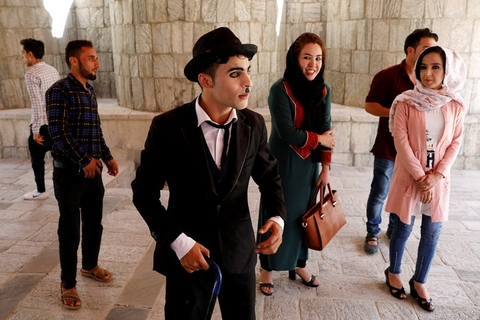 """Afghanistan's Charlie Chaplin,"" Karim Asir, 25, talks to his fans before his performance in Kabul, Afghanistan, on Aug. 29. Photo: VCG"