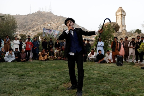 """Afghanistan's Charlie Chaplin,"" Karim Asir, 25, performs at a school at the Kabul Zoo, Afghanistan, on Sept. 4. Photo: VCG"