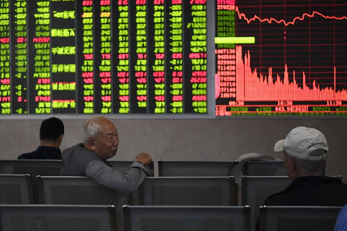 Analysts don't see any sign of a turnabout in the Chinese mainland stock markets anytime soon, despite signs of bottom-fishing. Photo: VCG