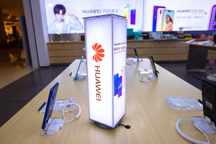 Huawei smartphones sit on display at a Huawei store in Shanghai on Aug. 22. Photo: VCG