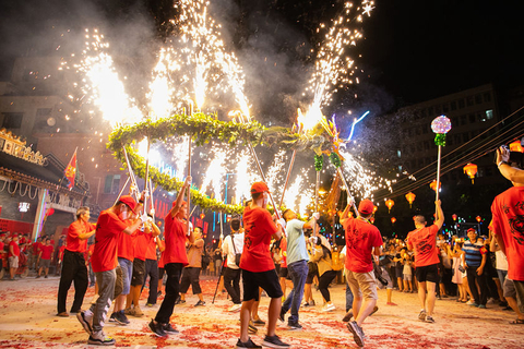 Residents of a village outside Guangzhou, South China's Guangdong province perform a fire dragon dance to celebrate the Mid-Autumn Festival on Monday. Photo: VCG