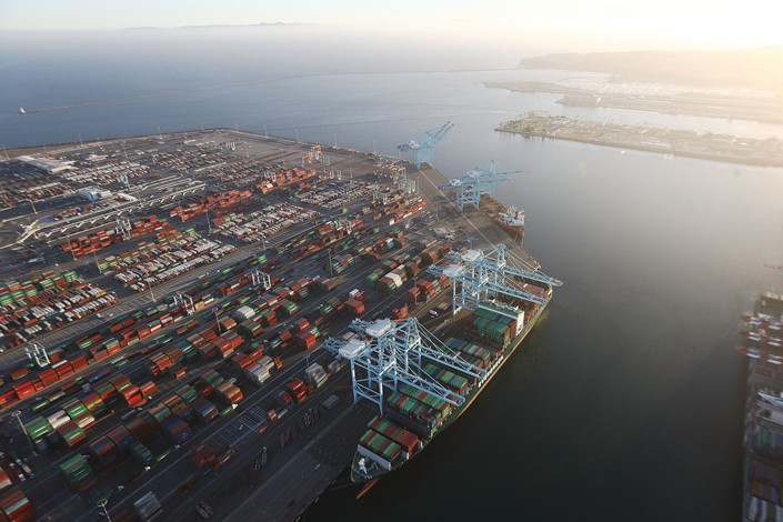 A cargo ship carrying shipping containers is docked at the Port of Los Angeles  on Sept. 18. Photo: VCG