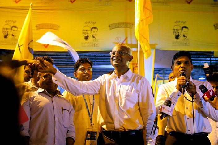 The victor in the Maldives' recent presidential election, Ibrahim Mohamed Solih (center), shakes the hand of a supporter at a gathering in the country's capital Male on Sept. 24. Photo: IC