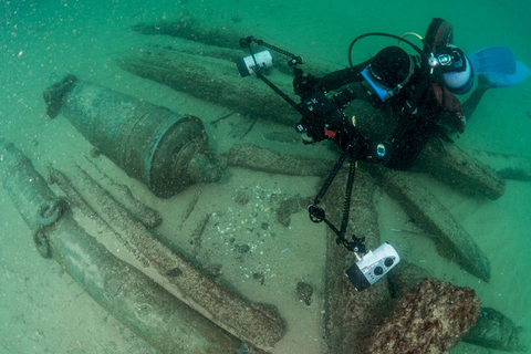 A handout made available by the Cascais, Portugal, city government shows an archaeologist during a dive at a discovered shipwreck near Cascais on Sept. 6. The ship, which sank between 1575 and 1625, was found Sept. 3 off the Portuguese coast near the mouth of the Tagus river. Photo: VCG