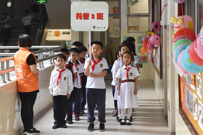 Students walk between classrooms at a Guangzhou primary school on May 2. Photo: VCG