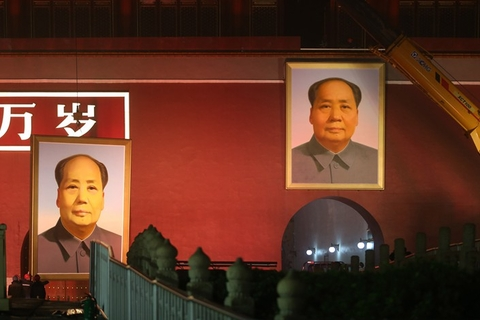 Workers change the portrait of China's founding father Mao Zedong hanging over the entrance of Beijing's Forbidden City on Thursday. Every year before the Oct. 1 National Day holiday, the portrait is swapped for a new one. The old portrait is refurbished and used again the following year, according to Beijing Youth Daily. Photo: VCG