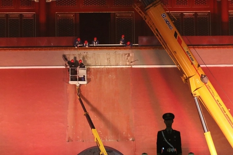Workers clean up the gate's wall Thursday night before hanging up a new portrait of Mao Zedong ahead of the National Day holiday. The holiday is held to celebrate the 1949 founding of the People's Republic of China. Photo: VCG