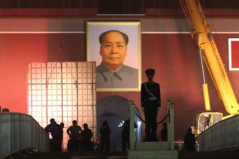 Workers change the Mao Zedong portrait hanging over the Gate of Heavenly Peace, known in Chinese as Tiananmen, on Thursday night. Photo: VCG