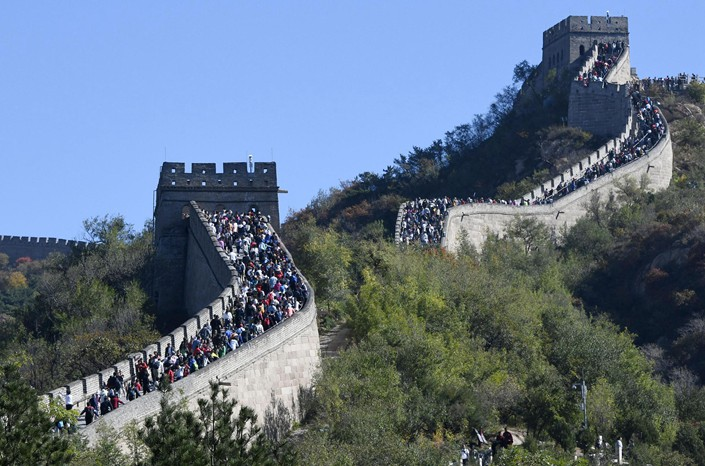 Tourists crowd the Badaling section of the Great Wall in suburban Beijing on Oct. 3. Photo: VCG