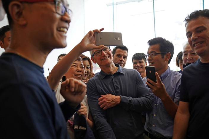 Apple Inc. CEO Tim Cook visits an Apple store in Shanghai on Tuesday. Photo: VCG