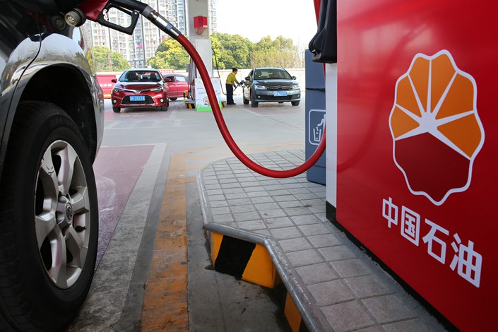 Staff members fuel vehicles at a PetroChina station in Nantong, Jiangsu province on March 28. Photo: VCG