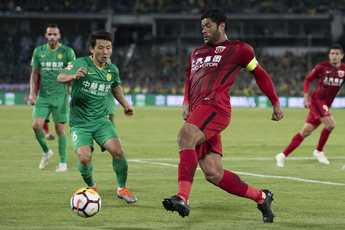 A Chinese Super League match between Beijing Guoan and Shanghai SIPG takes place at Workers' Stadium in Beijing on Sept. 29. Photo: VCG