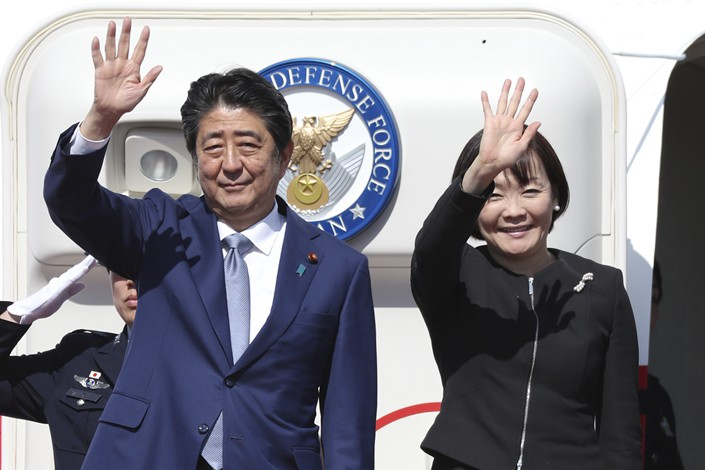 Japanese Prime Minister Shinzo Abe and his wife, Akie Abe, prepare to take off from Haneda Airport in Tokyo on Thursday. Photo: VCG