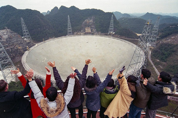 Young people pose for a photo in front of the Five-hundred-meter Aperture Spherical Telescope in Pingtang county, Guizhou province, Jan. 13. Photo: He Junyi/CNS/VCG