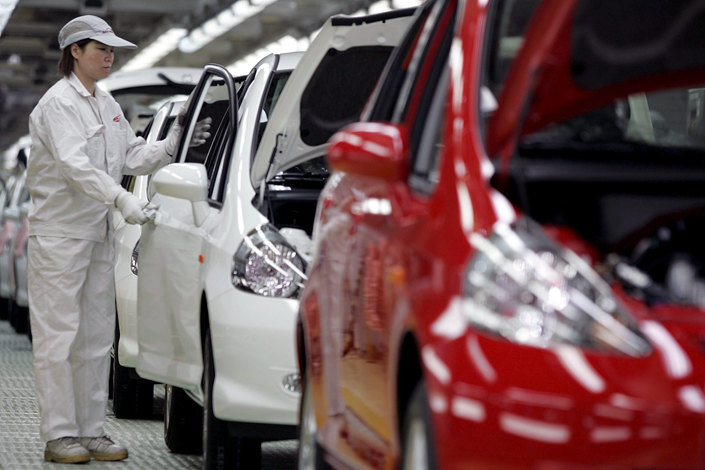Workers assemble Honda Fit automobiles on a production line in Guangzhou, Guangdong province, in March 2015. Photo: IC