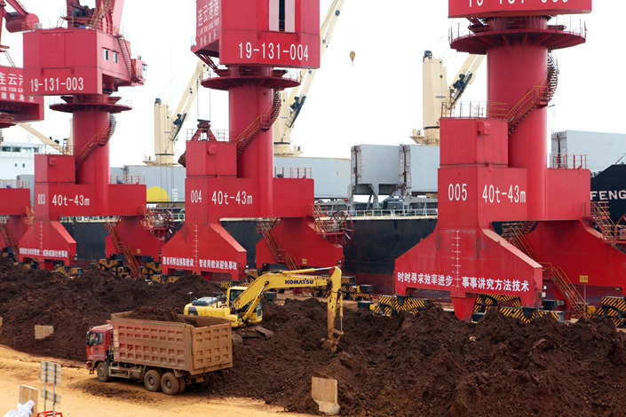 A cargo ship unloads laterite nickel ore imported from Indonesia in Lianyungang, Jiangsu province, in September 2013. Photo: IC
