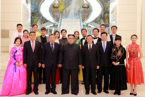 Kim poses for a photo with North Korean and Chinese artists on Saturday. Photo: VCG