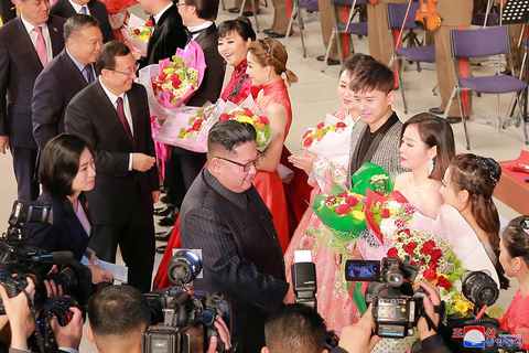 Kim greets artists during the performance. Photo: VCG