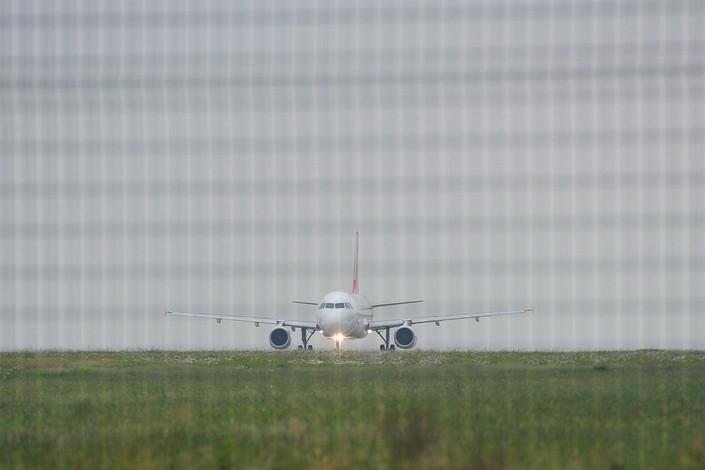 A jetliner moves down a runway at Zhoushan Putuoshan Airport in Zhoushan, Zhejiang province, on Oct. 28. Photo: VCG