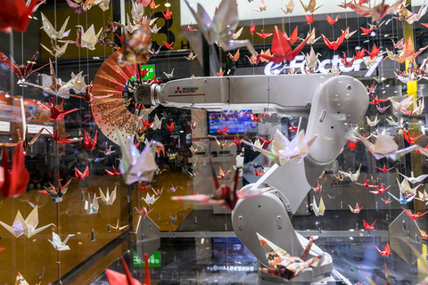 Mitsubishi's Robotic Arm performs a traditional Japanese fan dance on Monday amid a sea of hanging paper cranes. Photo: VCG