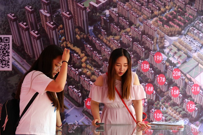 People look at models of houses at an exhibition in Huai'an, Jiangsu province on Oct. 7. Photo: VCG