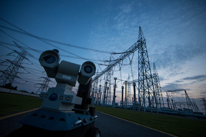 An inspection robot measures temperatures near power transmission lines in Wuhu, Anhui province on Sept. 5. Photo: VCG