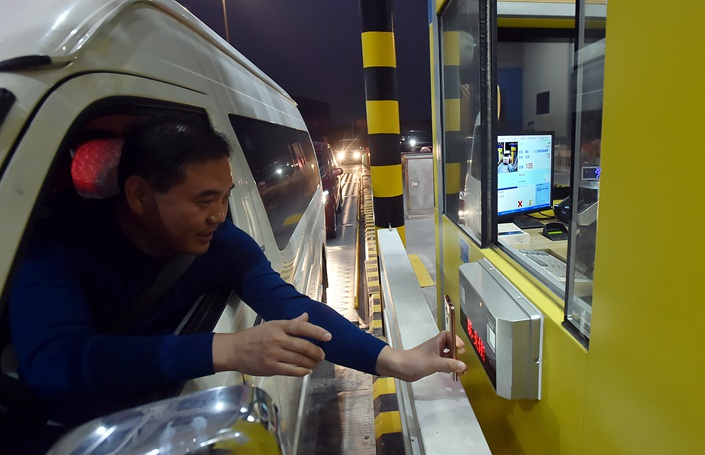 A driver uses his smartphone to pay at a toll station in Yangzhou, Jiangsu province on Oct. 23. Photo: VCG