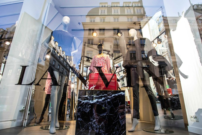 Mannequins sport women's clothing in a window display of a Jeanne Lanvin store in Paris on Feb. 23. Photo: VCG