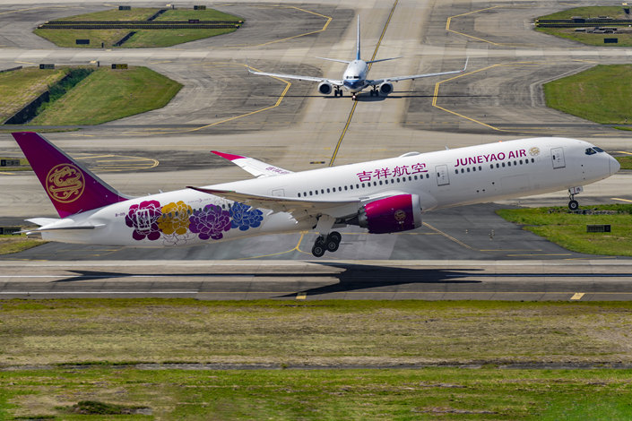 A Boeing 787-9 Dreamliner of Juneyao Airlines completes its maiden flight, from Shanghai to Shenzhen, at Shenzhen Bao'an International Airport in Guangdong province on Oct. 26. Photo: VCG