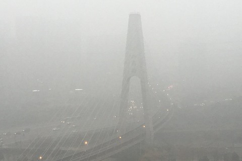 The Lishui Bridge in Beijing's Chaoyang district is enveloped in heavy smog on Wednesday. Photo: VCG