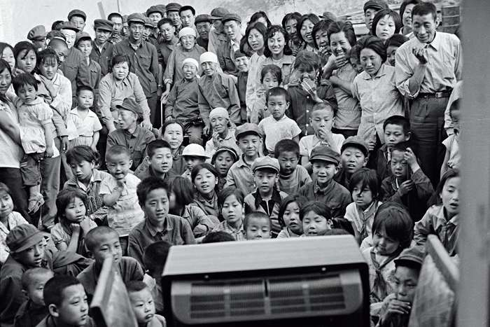 A crowd gathers around their village's first TV set in Shangzhangjiafen, a village in Shanxi province, in February 1980. Seven years later, China would surpass Japan as the world's largest manufacturer of TVs. Photo: Wang Yue