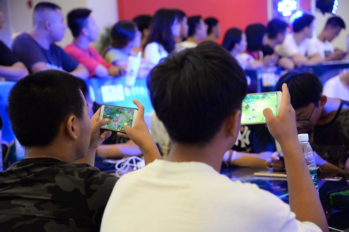 "Mobile-game players square off at an ""Honour of Kings"" competition at a mall in Handan, Hebei province, on Aug. 5. Photo: IC"