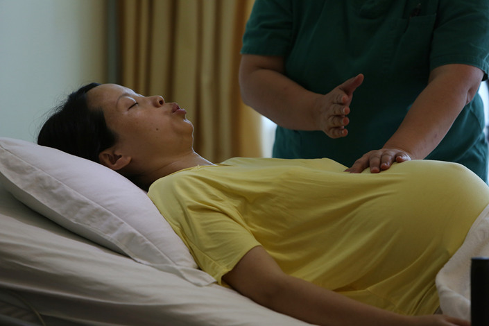 An expectant mother participates in a childbirth rehearsal in Shenzhen, Guangdong province, in June 2017. Photo: VCG