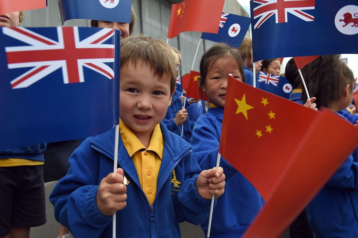 Schoolchildren wave Australian and Chinese flags as China's President Xi Jinping arrives in Hobart, Australia, in November 2014. Photo: VCG