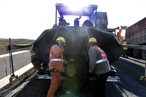 Workers have added a special substance to the asphalt to quickly melt snow. Beijing's roads commission says much of the work is already finished. Photo: VCG