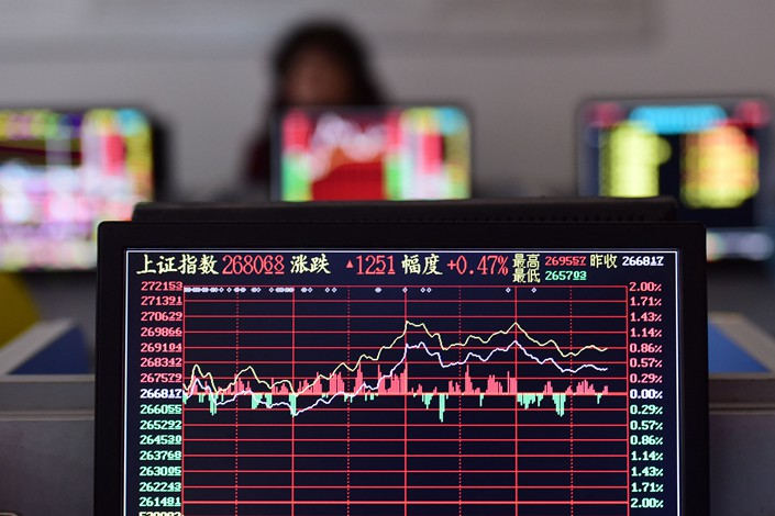 Investors in Fuyang, Anhui province, closely watch the stock market in a securities business department on Nov. 16. Photo: VCG
