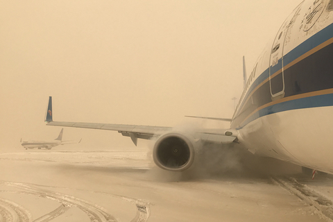 A rare sandy snowstorm hit northwest China's Xinjiang Uygur autonomous region on Dec. 1 delaying flights at Urumqi Diwopu International Airport and leaving 4000 passengers stranded. Photo: VCG