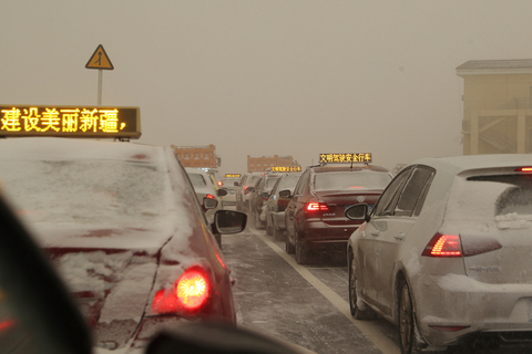 Traffic slowed to a standstill in Urumqi during the storm on Dec. 1. Meteorologists expected the harsh conditions to be concentrated in Xinjiang but said nearby regions might experience similar weather. Photo: VCG