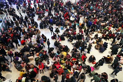Passengers were stranded in Urumqi Railway Station on Dec. 1 when the harsh weather interrupted train services. Photo: VCG