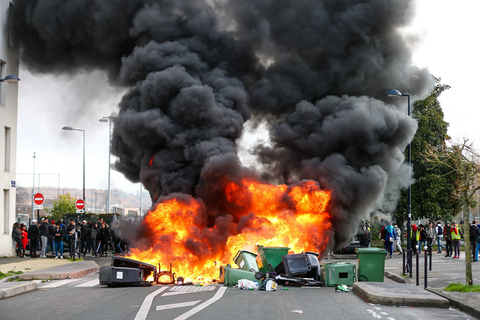 Students start a garbage fire Tuesday during a protest against education reforms in Bordeaux, France. Photo: IC