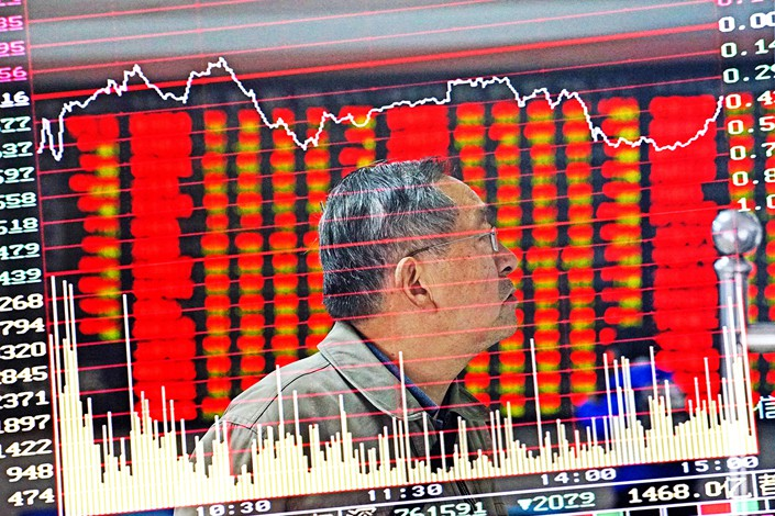 An investor in Nanjing, Jiangsu province, keeps a close eye on the stock market on Nov. 26. Photo: IC