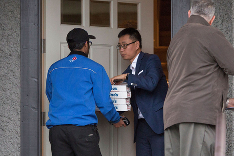 A pizza delivery man delivers pizza to Meng's home on Dec. 12. Photo: VCG