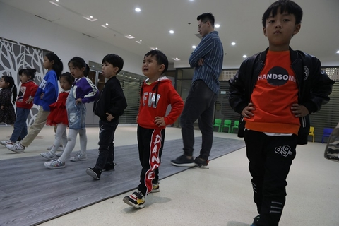 A boy cries during a modeling class on Oct. 17 in Huzhou. Though some parents have ambitions of their child becoming a star, most parents use these classes to correct their children's posture and improve their confidence. Photo: VCG